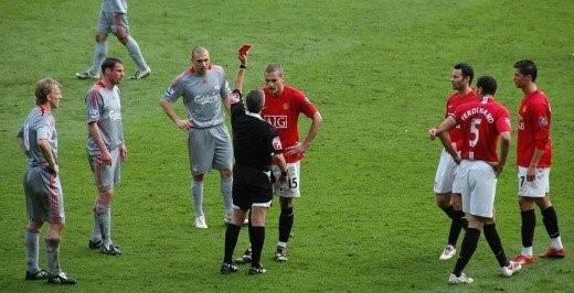 Top 5 cầu thủ nhận nhiều thẻ đỏ nhất giải Ngoại hạng Anh